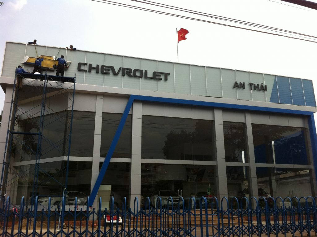 bang hieu showroom oto Chevrolet An Thai